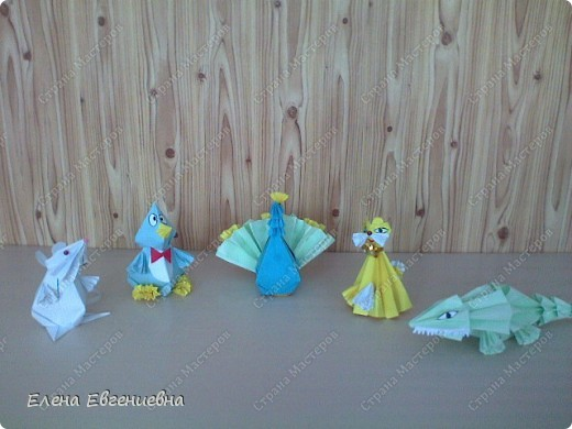 """Очень приятно, что начав с модульного оригами, дети увлеклись """"бумагоскладыванием"""". Ищут соответствующую литературу, фантазируют, увлекли и родителей, бабушек, дедушек. Знаю, что во многих семьях класса взрослые у детей научились   делать модули и с охотой помогают им в этом, только бы изделие быстрее появилось на свет. Вот и Ксюша во время карантина не сидела сложа руки и порадовала нас своими поделками.   фото 1"""