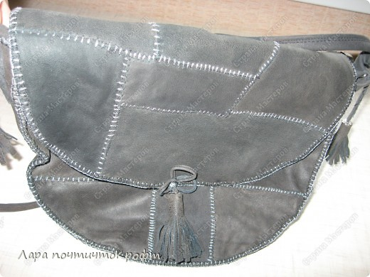 Такая прикольная кожаная сумка-чебурашка. довольно вместительная, кусочки кожи вручную сшиты между собой и все это пришито к плотной основе. клапан застегивается на магнитную кнопку, а внутри еще замок-молния. внутри подклад с 2-я кармашками, один на молнии. основа ремешка - тонкая строп лента, обшитая кожаной полоской. ручки привязываются с двух сторон к металлическим кольцам, концы ручек спрятаны внутрь сумки.  фото 3