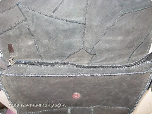 Такая прикольная кожаная сумка-чебурашка. довольно вместительная, кусочки кожи вручную сшиты между собой и все это пришито к плотной основе. клапан застегивается на магнитную кнопку, а внутри еще замок-молния. внутри подклад с 2-я кармашками, один на молнии. основа ремешка - тонкая строп лента, обшитая кожаной полоской. ручки привязываются с двух сторон к металлическим кольцам, концы ручек спрятаны внутрь сумки.  фото 6