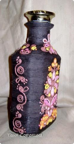 """И снова я к вам с разновидностями пейп-арта. Эта бутылочка сделана """"под вышивку"""", вся её поверхность обвёрнута нитями из салфетки тёмно-коричневого цвета, а сверху узоры сделаны цветными салфеточными нитями. Мой МК по изготовлению картин или поделок из цветных нитей здесь http://stranamasterov.ru/node/315194. Эти бутылочки делали мать и дочь - Ира и Даша, которые  у меня занимаются в студии. Эту сделала мама Ира. К сожалению, фото не передаёт правильно цвета, снимали в студии при электрическом освещении... фото 3"""