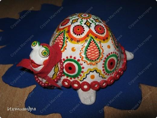 Я коллекционирую черепашек и захотелось сделать такую.... такую.... Ну чтобы ни у кого такой не было! :-)) И вот, представляю Вам черепашку Дуняшу - в стиле дымковской игрушки. Получилась нарядная, румяная и с косичкой - настоящая русская красавица! )) фото 9