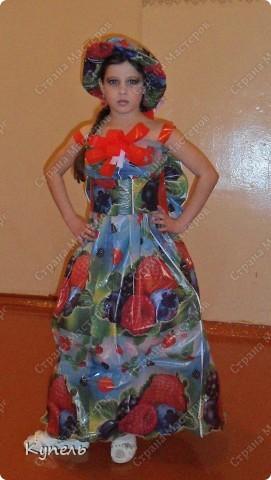 """Есть в нашей школе творческие педагоги. И это учителя начальных классов. В этом году к районному конкурсу """"Звёздный дождь"""" они подготовили театр моды. Сделали костюмы из самого бросового материала. Результат просто волшебный. Наш театр моды пригласили на Галло-концерт. фото 5"""