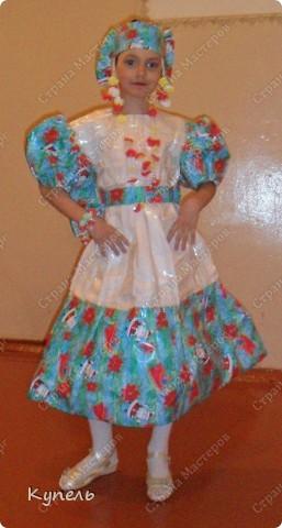"""Есть в нашей школе творческие педагоги. И это учителя начальных классов. В этом году к районному конкурсу """"Звёздный дождь"""" они подготовили театр моды. Сделали костюмы из самого бросового материала. Результат просто волшебный. Наш театр моды пригласили на Галло-концерт. фото 6"""