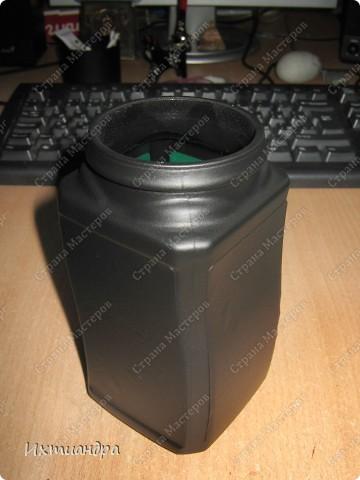 """Вот такая занятная вещица получилась у меня из простой баночки из-под кофе. Она вполне универсальна. Хотите, будет витражным фонариком... А хотите, вазочкой!  Расскажу, как сделать подобный фонарик. Итак, нам понадобится: * баночка из-под кофе * малярный скотч * акриловая краска чёрного цвета (автокраска в баллончике) * витражные краски (для начинающих подойдёт """"Гамма"""" на водной основе) * контуры по стеклу (черный и золотой) * бумажный шаблон для рисунка * проволока * жестяная крышка от консервы * ножницы фото 4"""