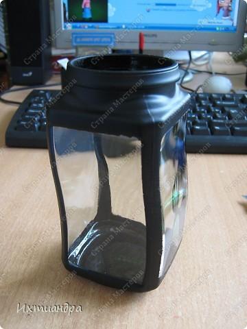 """Вот такая занятная вещица получилась у меня из простой баночки из-под кофе. Она вполне универсальна. Хотите, будет витражным фонариком... А хотите, вазочкой!  Расскажу, как сделать подобный фонарик. Итак, нам понадобится: * баночка из-под кофе * малярный скотч * акриловая краска чёрного цвета (автокраска в баллончике) * витражные краски (для начинающих подойдёт """"Гамма"""" на водной основе) * контуры по стеклу (черный и золотой) * бумажный шаблон для рисунка * проволока * жестяная крышка от консервы * ножницы фото 5"""