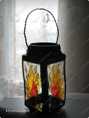 """Вот такая занятная вещица получилась у меня из простой баночки из-под кофе. Она вполне универсальна. Хотите, будет витражным фонариком... А хотите, вазочкой!  Расскажу, как сделать подобный фонарик. Итак, нам понадобится: * баночка из-под кофе * малярный скотч * акриловая краска чёрного цвета (автокраска в баллончике) * витражные краски (для начинающих подойдёт """"Гамма"""" на водной основе) * контуры по стеклу (черный и золотой) * бумажный шаблон для рисунка * проволока * жестяная крышка от консервы * ножницы фото 1"""