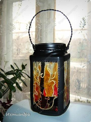 """Вот такая занятная вещица получилась у меня из простой баночки из-под кофе. Она вполне универсальна. Хотите, будет витражным фонариком... А хотите, вазочкой!  Расскажу, как сделать подобный фонарик. Итак, нам понадобится: * баночка из-под кофе * малярный скотч * акриловая краска чёрного цвета (автокраска в баллончике) * витражные краски (для начинающих подойдёт """"Гамма"""" на водной основе) * контуры по стеклу (черный и золотой) * бумажный шаблон для рисунка * проволока * жестяная крышка от консервы * ножницы фото 15"""