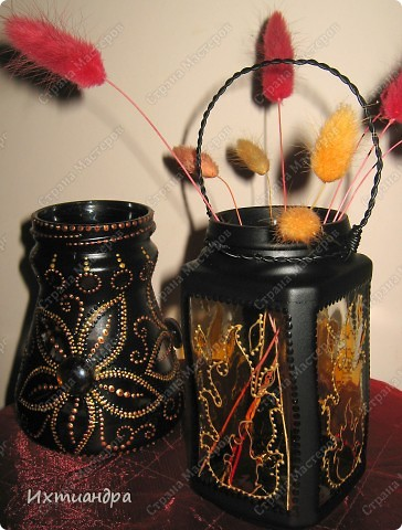 """Вот такая занятная вещица получилась у меня из простой баночки из-под кофе. Она вполне универсальна. Хотите, будет витражным фонариком... А хотите, вазочкой!  Расскажу, как сделать подобный фонарик. Итак, нам понадобится: * баночка из-под кофе * малярный скотч * акриловая краска чёрного цвета (автокраска в баллончике) * витражные краски (для начинающих подойдёт """"Гамма"""" на водной основе) * контуры по стеклу (черный и золотой) * бумажный шаблон для рисунка * проволока * жестяная крышка от консервы * ножницы фото 31"""