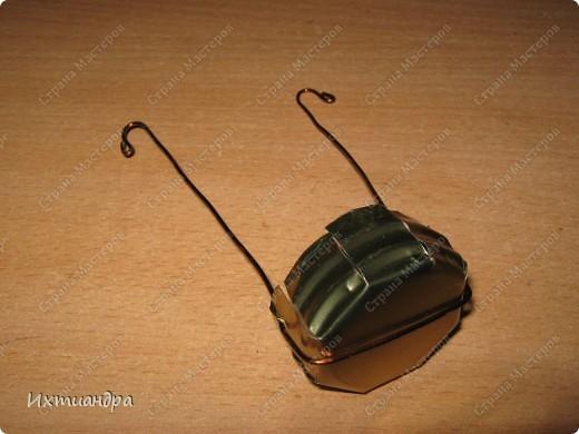 """Вот такая занятная вещица получилась у меня из простой баночки из-под кофе. Она вполне универсальна. Хотите, будет витражным фонариком... А хотите, вазочкой!  Расскажу, как сделать подобный фонарик. Итак, нам понадобится: * баночка из-под кофе * малярный скотч * акриловая краска чёрного цвета (автокраска в баллончике) * витражные краски (для начинающих подойдёт """"Гамма"""" на водной основе) * контуры по стеклу (черный и золотой) * бумажный шаблон для рисунка * проволока * жестяная крышка от консервы * ножницы фото 23"""