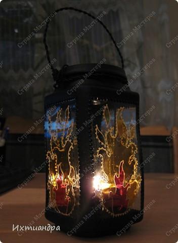 """Вот такая занятная вещица получилась у меня из простой баночки из-под кофе. Она вполне универсальна. Хотите, будет витражным фонариком... А хотите, вазочкой!  Расскажу, как сделать подобный фонарик. Итак, нам понадобится: * баночка из-под кофе * малярный скотч * акриловая краска чёрного цвета (автокраска в баллончике) * витражные краски (для начинающих подойдёт """"Гамма"""" на водной основе) * контуры по стеклу (черный и золотой) * бумажный шаблон для рисунка * проволока * жестяная крышка от консервы * ножницы фото 26"""