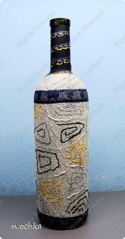 Это моя вторая бутылочка. Хотелось попробовать работать на манке. Смазала всю бутылку клеем ПВА и постепенно посыпала манкой. После того как подсохло, сбрызнула лаком для волос.  фото 1