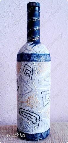 Это моя вторая бутылочка. Хотелось попробовать работать на манке. Смазала всю бутылку клеем ПВА и постепенно посыпала манкой. После того как подсохло, сбрызнула лаком для волос.  фото 4