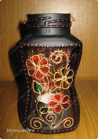 """Вот такая занятная вещица получилась у меня из простой баночки из-под кофе. Она вполне универсальна. Хотите, будет витражным фонариком... А хотите, вазочкой!  Расскажу, как сделать подобный фонарик. Итак, нам понадобится: * баночка из-под кофе * малярный скотч * акриловая краска чёрного цвета (автокраска в баллончике) * витражные краски (для начинающих подойдёт """"Гамма"""" на водной основе) * контуры по стеклу (черный и золотой) * бумажный шаблон для рисунка * проволока * жестяная крышка от консервы * ножницы фото 35"""