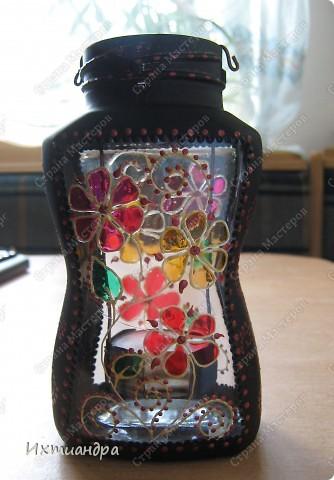 """Вот такая занятная вещица получилась у меня из простой баночки из-под кофе. Она вполне универсальна. Хотите, будет витражным фонариком... А хотите, вазочкой!  Расскажу, как сделать подобный фонарик. Итак, нам понадобится: * баночка из-под кофе * малярный скотч * акриловая краска чёрного цвета (автокраска в баллончике) * витражные краски (для начинающих подойдёт """"Гамма"""" на водной основе) * контуры по стеклу (черный и золотой) * бумажный шаблон для рисунка * проволока * жестяная крышка от консервы * ножницы фото 37"""