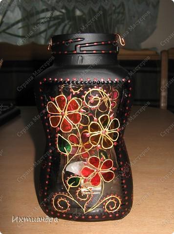 """Вот такая занятная вещица получилась у меня из простой баночки из-под кофе. Она вполне универсальна. Хотите, будет витражным фонариком... А хотите, вазочкой!  Расскажу, как сделать подобный фонарик. Итак, нам понадобится: * баночка из-под кофе * малярный скотч * акриловая краска чёрного цвета (автокраска в баллончике) * витражные краски (для начинающих подойдёт """"Гамма"""" на водной основе) * контуры по стеклу (черный и золотой) * бумажный шаблон для рисунка * проволока * жестяная крышка от консервы * ножницы фото 38"""