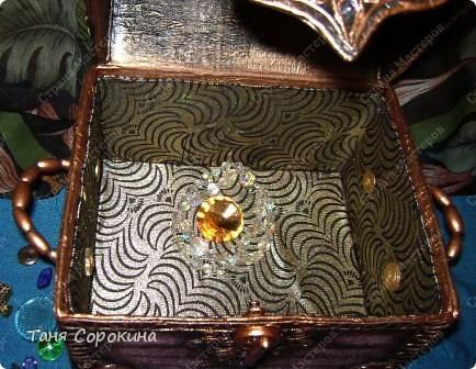 Наконец-то у меня появилась настоящая сокровищница! Очень хотелось чего-то шикарного, с золотом и драгоценными камнями, и потому, конечно, выбрана Индия.   А так, как ПЕЙП-АРТ - это техника - имитатор, то я превращаю простой бросовый материал (картонную коробку) в деревянный сундук с металлической окантовкой. фото 13