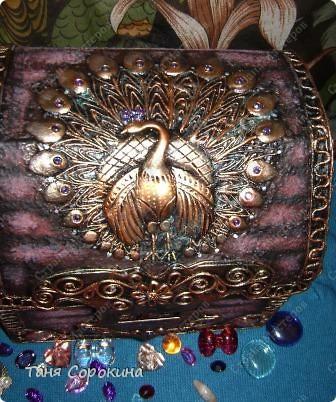 Наконец-то у меня появилась настоящая сокровищница! Очень хотелось чего-то шикарного, с золотом и драгоценными камнями, и потому, конечно, выбрана Индия.   А так, как ПЕЙП-АРТ - это техника - имитатор, то я превращаю простой бросовый материал (картонную коробку) в деревянный сундук с металлической окантовкой. фото 14