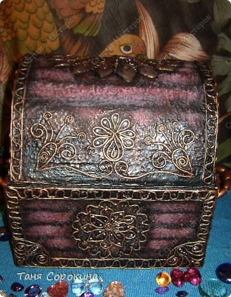Наконец-то у меня появилась настоящая сокровищница! Очень хотелось чего-то шикарного, с золотом и драгоценными камнями, и потому, конечно, выбрана Индия.   А так, как ПЕЙП-АРТ - это техника - имитатор, то я превращаю простой бросовый материал (картонную коробку) в деревянный сундук с металлической окантовкой. фото 16