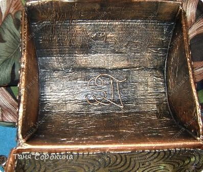 Наконец-то у меня появилась настоящая сокровищница! Очень хотелось чего-то шикарного, с золотом и драгоценными камнями, и потому, конечно, выбрана Индия.   А так, как ПЕЙП-АРТ - это техника - имитатор, то я превращаю простой бросовый материал (картонную коробку) в деревянный сундук с металлической окантовкой. фото 17