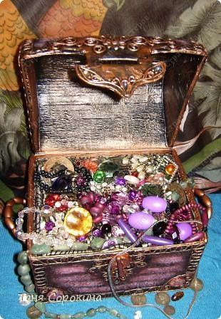 Наконец-то у меня появилась настоящая сокровищница! Очень хотелось чего-то шикарного, с золотом и драгоценными камнями, и потому, конечно, выбрана Индия.   А так, как ПЕЙП-АРТ - это техника - имитатор, то я превращаю простой бросовый материал (картонную коробку) в деревянный сундук с металлической окантовкой. фото 21