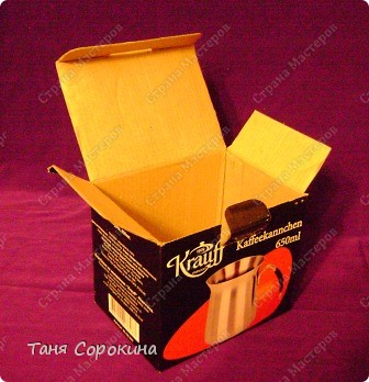 Наконец-то у меня появилась настоящая сокровищница! Очень хотелось чего-то шикарного, с золотом и драгоценными камнями, и потому, конечно, выбрана Индия.   А так, как ПЕЙП-АРТ - это техника - имитатор, то я превращаю простой бросовый материал (картонную коробку) в деревянный сундук с металлической окантовкой. фото 2