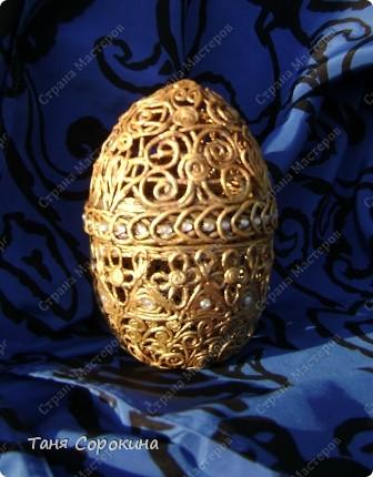 Сегодня я вам покажу мою первую повторюшку за моей ученицей...Я уже писала на предыдущей странице, что пока готовила МК по ажурному браслету, одна мастерица уже выставила ажурное яйцо http://stranamasterov.ru/node/346058 и очень замечательное яичко, но как мне его не сделать? Я тут-же придумала своё яйцо. Яйцо огромное, высота 17 см, делала его на керамическом. Технология, что и на ажурном браслете. Яйцо - чистый пейп-арт, инкрустировано мелкими белыми камешками. фото 1