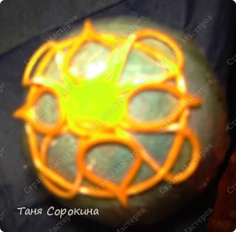 Сегодня я вам покажу мою первую повторюшку за моей ученицей...Я уже писала на предыдущей странице, что пока готовила МК по ажурному браслету, одна мастерица уже выставила ажурное яйцо http://stranamasterov.ru/node/346058 и очень замечательное яичко, но как мне его не сделать? Я тут-же придумала своё яйцо. Яйцо огромное, высота 17 см, делала его на керамическом. Технология, что и на ажурном браслете. Яйцо - чистый пейп-арт, инкрустировано мелкими белыми камешками. фото 4