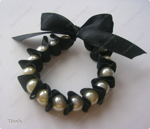 Доброго времени суток! Такие простые, но красивые браслеты можно сделать за 30 минут. МК можно посмотреть здесь http://www.dveptichki.ru/2010/08/blog-post_22.html фото 4