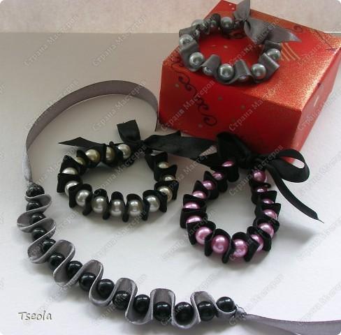 Доброго времени суток! Такие простые, но красивые браслеты можно сделать за 30 минут. МК можно посмотреть здесь http://www.dveptichki.ru/2010/08/blog-post_22.html фото 1