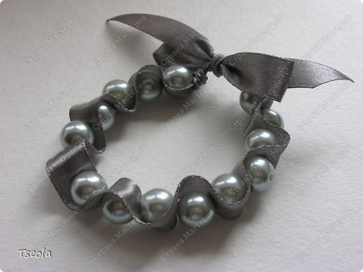 Доброго времени суток! Такие простые, но красивые браслеты можно сделать за 30 минут. МК можно посмотреть здесь http://www.dveptichki.ru/2010/08/blog-post_22.html фото 5