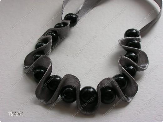 Доброго времени суток! Такие простые, но красивые браслеты можно сделать за 30 минут. МК можно посмотреть здесь http://www.dveptichki.ru/2010/08/blog-post_22.html фото 6