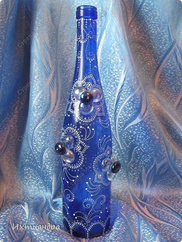 Моя новая стеклянная фантазия. Синяя бутыль, расписанная контурами и украшенная декоративными стеклянными камушками. Поделюсь секретами работы над ней. фото 1