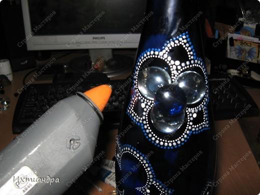 Моя новая стеклянная фантазия. Синяя бутыль, расписанная контурами и украшенная декоративными стеклянными камушками. Поделюсь секретами работы над ней. фото 7