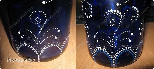 Моя новая стеклянная фантазия. Синяя бутыль, расписанная контурами и украшенная декоративными стеклянными камушками. Поделюсь секретами работы над ней. фото 10