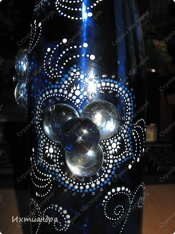 Моя новая стеклянная фантазия. Синяя бутыль, расписанная контурами и украшенная декоративными стеклянными камушками. Поделюсь секретами работы над ней. фото 13