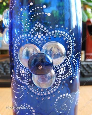 Моя новая стеклянная фантазия. Синяя бутыль, расписанная контурами и украшенная декоративными стеклянными камушками. Поделюсь секретами работы над ней. фото 14