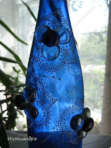 Моя новая стеклянная фантазия. Синяя бутыль, расписанная контурами и украшенная декоративными стеклянными камушками. Поделюсь секретами работы над ней. фото 15