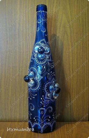 Моя новая стеклянная фантазия. Синяя бутыль, расписанная контурами и украшенная декоративными стеклянными камушками. Поделюсь секретами работы над ней. фото 16