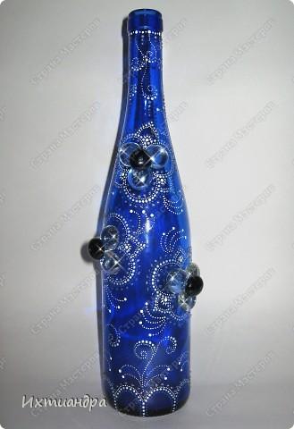Моя новая стеклянная фантазия. Синяя бутыль, расписанная контурами и украшенная декоративными стеклянными камушками. Поделюсь секретами работы над ней. фото 17