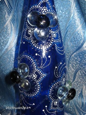Моя новая стеклянная фантазия. Синяя бутыль, расписанная контурами и украшенная декоративными стеклянными камушками. Поделюсь секретами работы над ней. фото 19