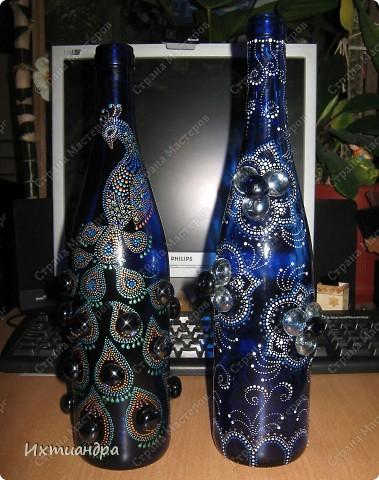 Моя новая стеклянная фантазия. Синяя бутыль, расписанная контурами и украшенная декоративными стеклянными камушками. Поделюсь секретами работы над ней. фото 20