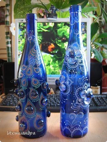 Моя новая стеклянная фантазия. Синяя бутыль, расписанная контурами и украшенная декоративными стеклянными камушками. Поделюсь секретами работы над ней. фото 21