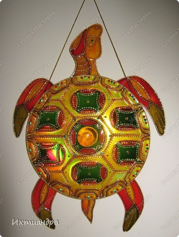 Знакомьтесь, новый житель моей коллекции - золотая черепаха. В этом посте я расскажу об этапах работы над ней и поделюсь советами витражной росписи. фото 1