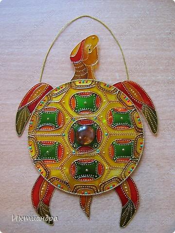 Знакомьтесь, новый житель моей коллекции - золотая черепаха. В этом посте я расскажу об этапах работы над ней и поделюсь советами витражной росписи. фото 25