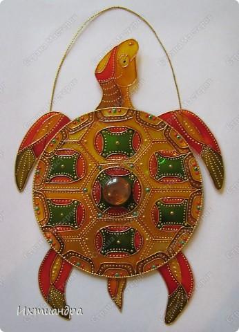 Знакомьтесь, новый житель моей коллекции - золотая черепаха. В этом посте я расскажу об этапах работы над ней и поделюсь советами витражной росписи. фото 26