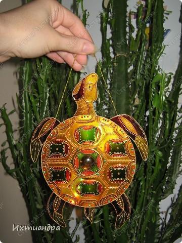 Знакомьтесь, новый житель моей коллекции - золотая черепаха. В этом посте я расскажу об этапах работы над ней и поделюсь советами витражной росписи. фото 24