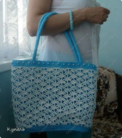 Участвую в конкурсе фотографий. Фотография №17.  Вот такая сумочка из полиэтилена с бисером связана мною крючком. С ней можно сходить на пляж, а можно и прогуляться по улице! фото 16