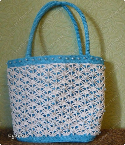 Участвую в конкурсе фотографий. Фотография №17.  Вот такая сумочка из полиэтилена с бисером связана мною крючком. С ней можно сходить на пляж, а можно и прогуляться по улице! фото 1