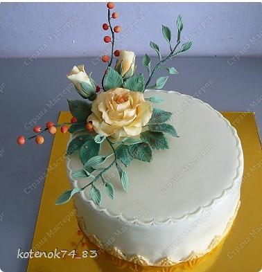 Заказ состоял в том, чтоб сделать что-нибудь цветочное на юбилей. А так как мне нравятся такие розы, то полностью композицию составила на свой вкус)))) Цветы сделаны из сахарной мастики, раскрашенные сухой краской. фото 2