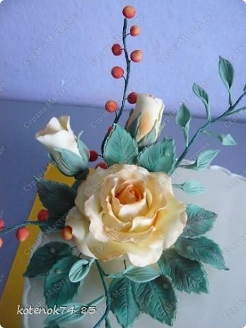 Заказ состоял в том, чтоб сделать что-нибудь цветочное на юбилей. А так как мне нравятся такие розы, то полностью композицию составила на свой вкус)))) Цветы сделаны из сахарной мастики, раскрашенные сухой краской. фото 1